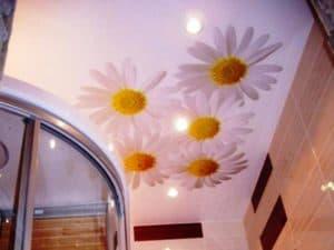 Натяжной потолок с цветами от компании Классика в Новосибирске